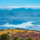 Блакитні гори на заході сонця з озера — стокове фото