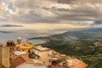 Vue aérienne de la ville de Castelmola, magnifique paysage côtier sur fond, Italie — Photo de stock
