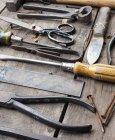 Cortada a exibição de várias ferramentas na mesa de madeira — Fotografia de Stock