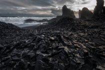 Вулканические пляж с черным песком, reynisdrangar — стоковое фото