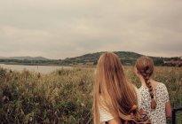 Віддалений відкритий місце і дві дівчини — стокове фото
