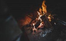Ansicht von Hand Grill am Lagerfeuer in der Nacht — Stockfoto