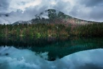 Landschaft mit Bergkette — Stockfoto