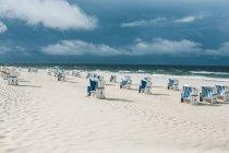 Живописный вид на синее море и пляж с шезлонгами — стоковое фото