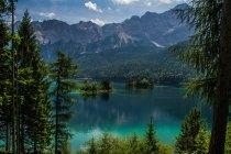 Paesaggio montano con lago — Foto stock