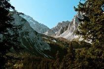Paisaje natural con picos de montañas - foto de stock