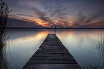 Passarela vazia com a paisagem no horizonte — Fotografia de Stock