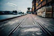 Quartier industriel avec vapeur tuyaux plante sur fond — Photo de stock