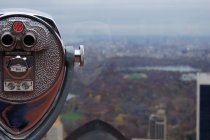 Vintage binocular Telescope and New York City park — Stock Photo