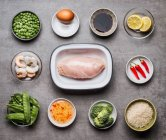 Crevettes à la viande et les légumes dans des bols — Photo de stock
