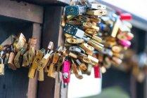 Close-up de muitos bloqueios de amor na ponte — Fotografia de Stock