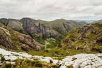 Observant la vue du paysage de montagne — Photo de stock