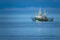 Seascape lunatico e peschereccio da Costa — Foto stock
