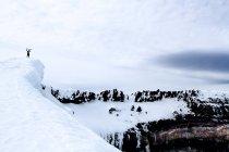 Silhueta de paisagem e alpinista pitorescas montanhas nevadas no topo da montanha — Fotografia de Stock
