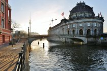 Museum architectural building by the Spree river and silhouette of tv tower on background, Berlin, Germany — Stock Photo