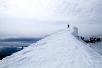 Silhueta de alpinista no topo da montanha — Fotografia de Stock