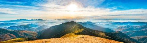 Panorama da paisagem de montanha no pôr do sol — Fotografia de Stock