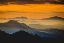 Paesaggio di montagna in luce tramonto — Foto stock