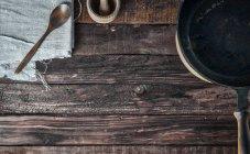 Gusseiserne Pfanne und Löffel — Stockfoto