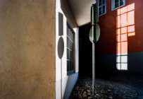 Zeichen vor Gebäude Fassade — Stockfoto