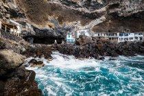 Рыбацкой деревне на скалистом побережье — стоковое фото