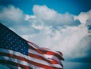 Flagge der Vereinigten Staaten von Amerika unter bewölktem Himmel — Stockfoto