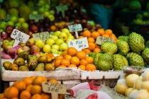 Diversi tipi di frutta con tag prezzi — Foto stock