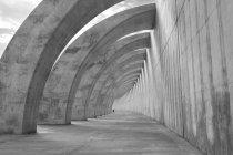 Escena urbana con vistas al sol y el túnel - foto de stock