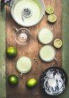 Cocktails verts dans des tasses avec des limes — Photo de stock