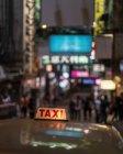 Cabine de taxi dans la rue avec les discos de Hong Kong — Photo de stock
