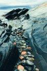 Herbstregen, nassen Steinen im Fluss Küste — Stockfoto