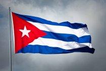 Nationalflagge von Kuba winken bei bewölktem Himmel — Stockfoto