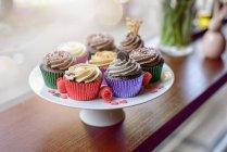 Appena sfornato cupcakes con glassa — Foto stock