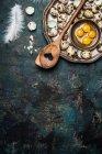 Oeufs de caille avec cuillère troué et plume — Photo de stock