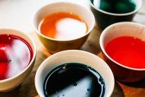 Schälchen mit bunt färben malen Flüssigkeit für Esser Eier — Stockfoto