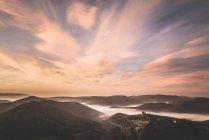Escénica puesta de sol sobre las montañas con la ruina del castillo, Renania-Palatinado, Alemania - foto de stock