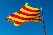 Katalonien Fahnenschwingen in klaren, blauen Himmel — Stockfoto