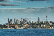 Vista panorámica de edificios grandes en el Océano Pacífico en Sydney - foto de stock