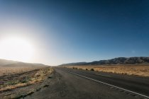 Route à la campagne au coucher du soleil — Photo de stock