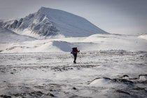 Vista de paisagem e traseira pitorescas montanhas nevadas de andarilho com mochila — Fotografia de Stock