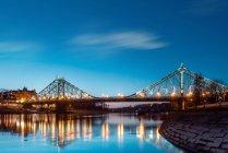 Paysage avec pont sur la rivière — Photo de stock