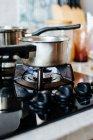 Topf auf brennenden Gaskocher — Stockfoto