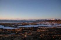 Vista panorâmica na paisagem com lago na hora por do sol — Fotografia de Stock