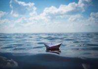 Бумажный кораблик, парусный спорт на воде — стоковое фото