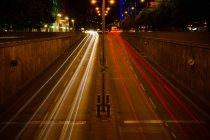 Borrão de movimento à noite vista da cidade com o tráfego na estrada, — Fotografia de Stock