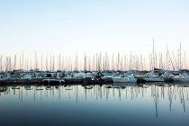 Vue panoramique de coucher de soleil au bord de la mer avec des bateaux à la marina — Photo de stock