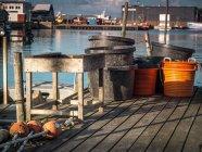 Conteneurs et paniers sur la jetée — Photo de stock