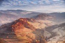 Matin ensoleillé de novembre dans les montagnes. — Photo de stock