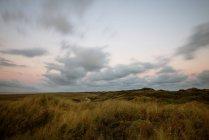 Перегляд мальовничих природних ландшафтів у заході сонця світлі — стокове фото