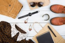 Womans вещи на деревянный стол — стоковое фото